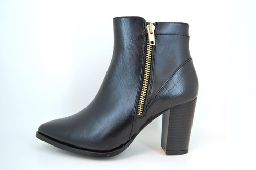 Pointed short boots - black
